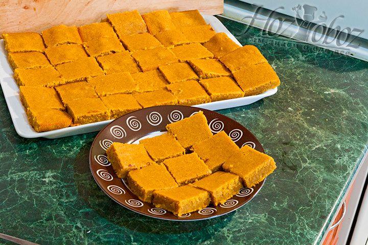 Куски пирога выкладываем на блюдо