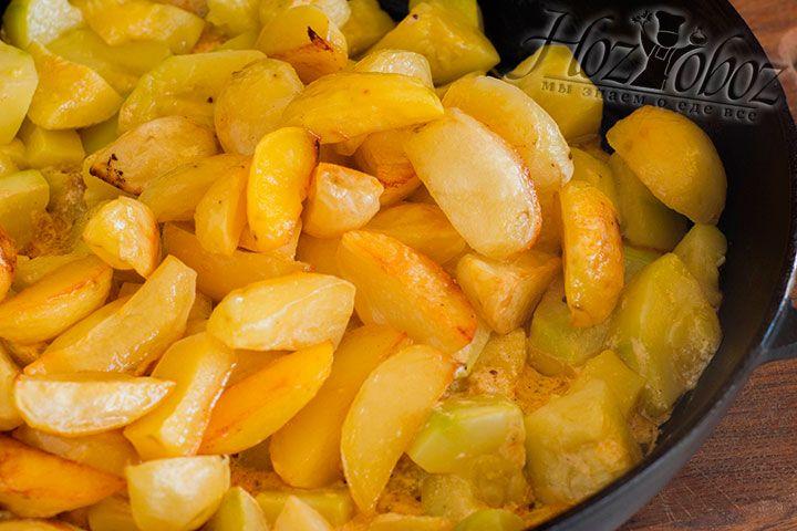 Добавляем уже запеченный картофель, накрываем и тушим 5 минут
