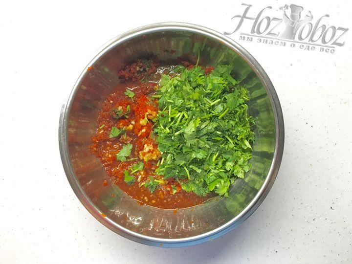 Для заправки смешаем зелень нарзанную и пропущенную через мясорубку вместе с болгарским перцем, чили и чесноком
