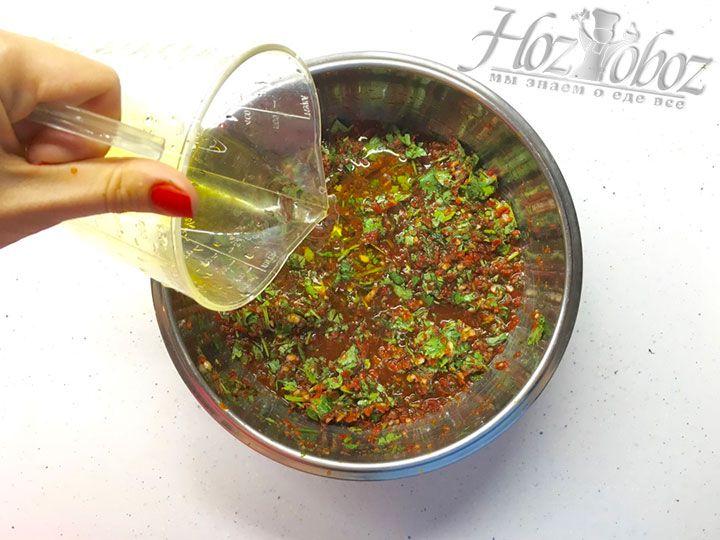 Добавляем к заправке из овощей и зелени растительное масло