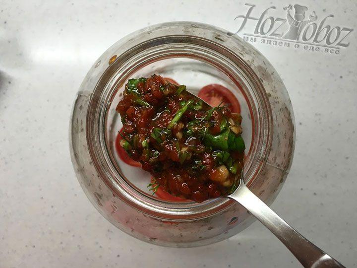 Теперь пришла очередь овощной заправки, ею следует покрыть томаты