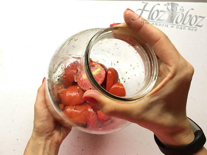 Далее следует поместить в банку еще слой томатов и, встряхнув хорошенько, перемешать их с заправкой