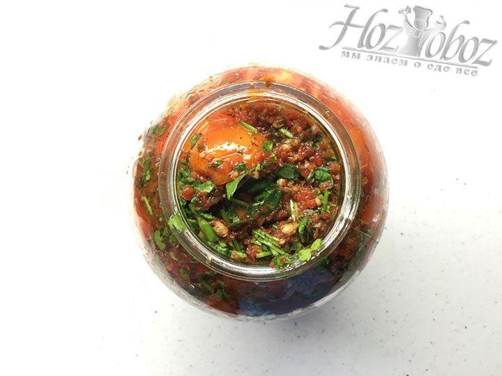 Поступайте так и дальше: чередуйте томаты с заправкой и наполните банку салатом