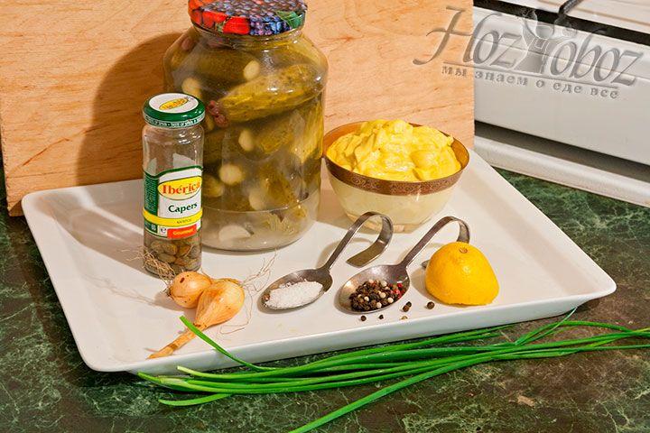Для приготовления тартара подготовим домашний или готовый жирный майонез на оливковом масле, лук-шалот, шнитт-лук, лимон, огурцы маринованные, каперсы, соль со смесью перцев