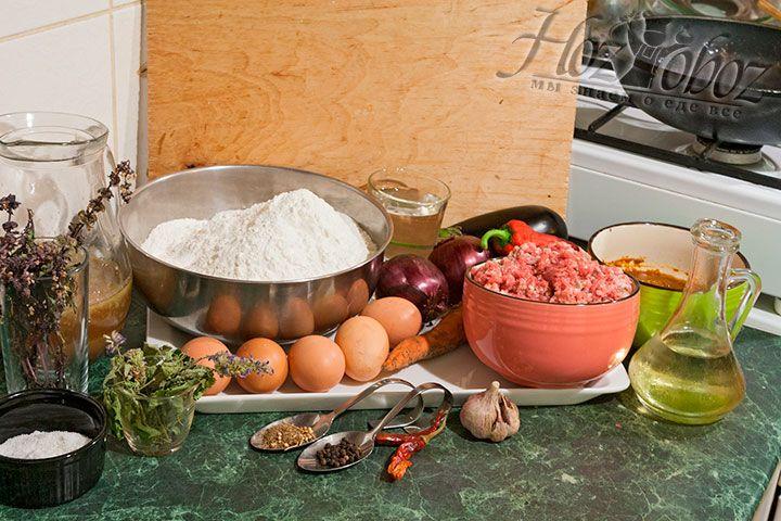 Все продукты для пельменей с бульоном и соусом должны быть подготовлены заранее