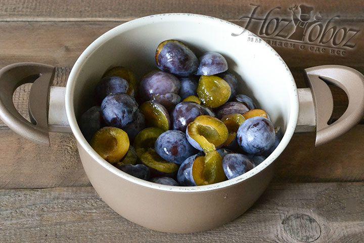 Сложим половинки плодов в миску или кастрюлю для варки джема