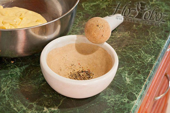 Истолчем смесь перцев в ступке из керамики