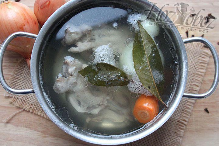 Сварим для лукового супа куриный бульон с овощами и специями