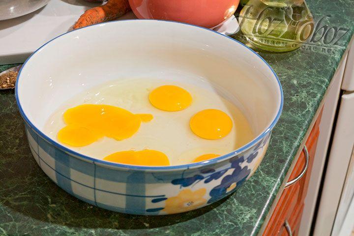 Разобьем яйца для пельменного теста