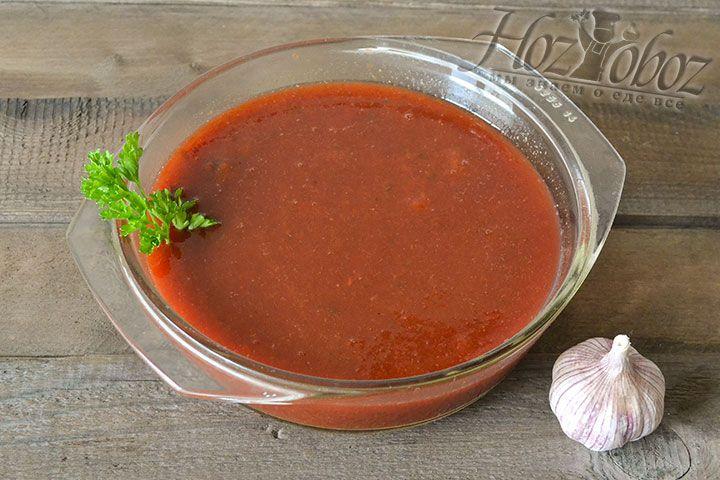 После того как пюре пройдет через сито, превратившись в кетчуп, его нужно прокипятить. Для зимнего хранения не забудьте дополнить кетчуп яблочным или столовым уксусом