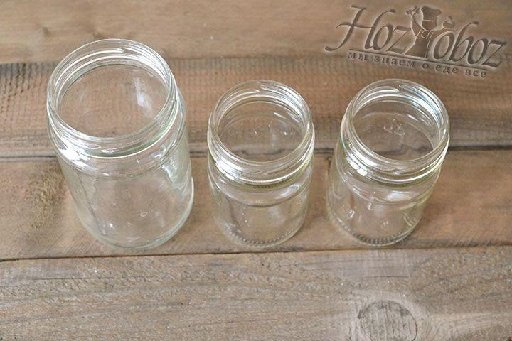 Выбираем небольшие соусные стеклянные баночки. Крышки обрабатываем над паром или стерилизуем в кастрюле. Баночки для кетчупа из слив на зиму хорошо стерилизуются
