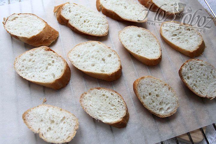 В духовке слегка сушим хлебные ломтики