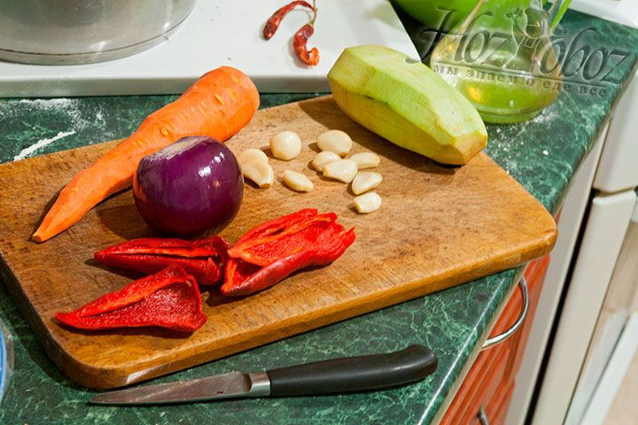 Надо почистить все овощи, необходимые для приготовления соуса