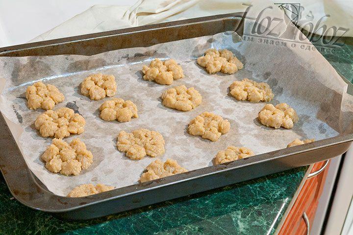 Отсаживаем печенья на пергамент
