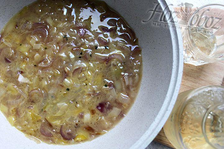 Заправляем суп крепленым вином, томим 10 минут