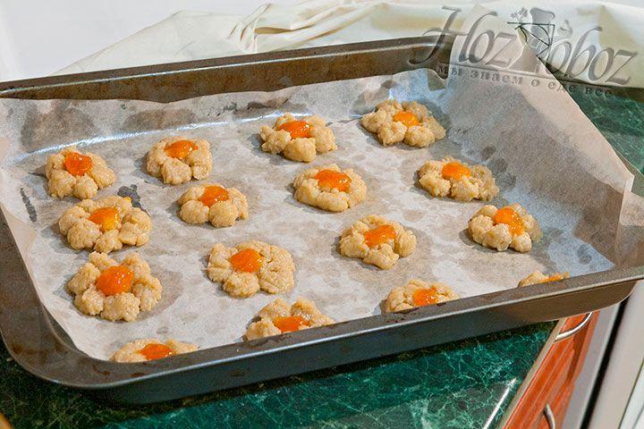 В середину каждого печенья размещаем каплю джема