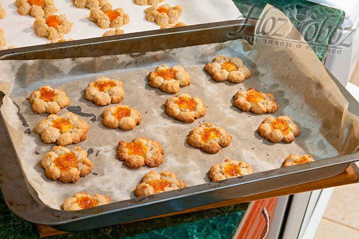 Выпекаться печенье будет 12 минут, в разогретой до 200 градусов духовке