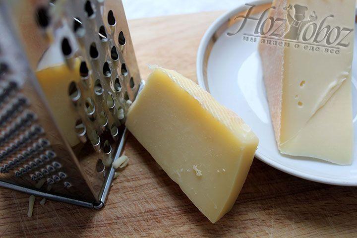 Сыр натираем на терке с крупным делением