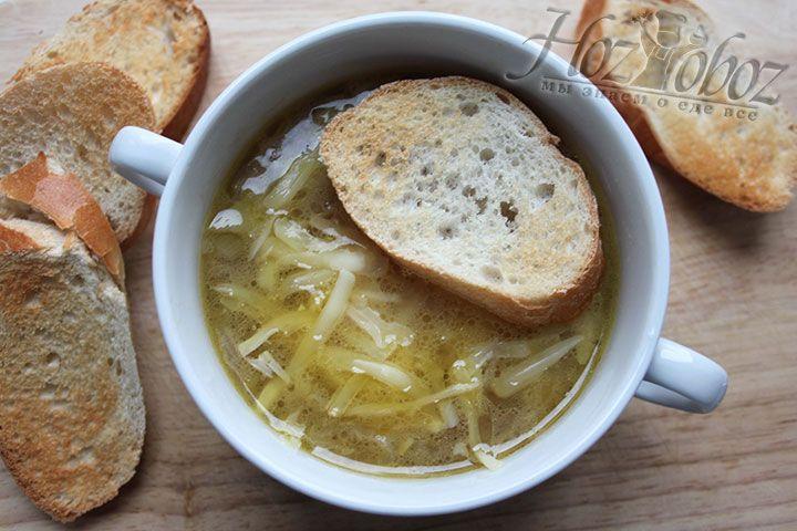 Украшаем суп натертым сыром, ломтиком багета
