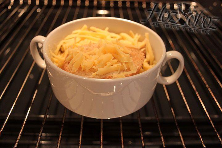 В духовом шкафу выдерживаем суп до сырной корочки
