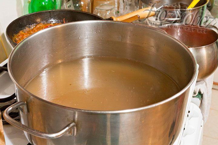 Ставим нагревать концентрированный бульон, разведенный водой