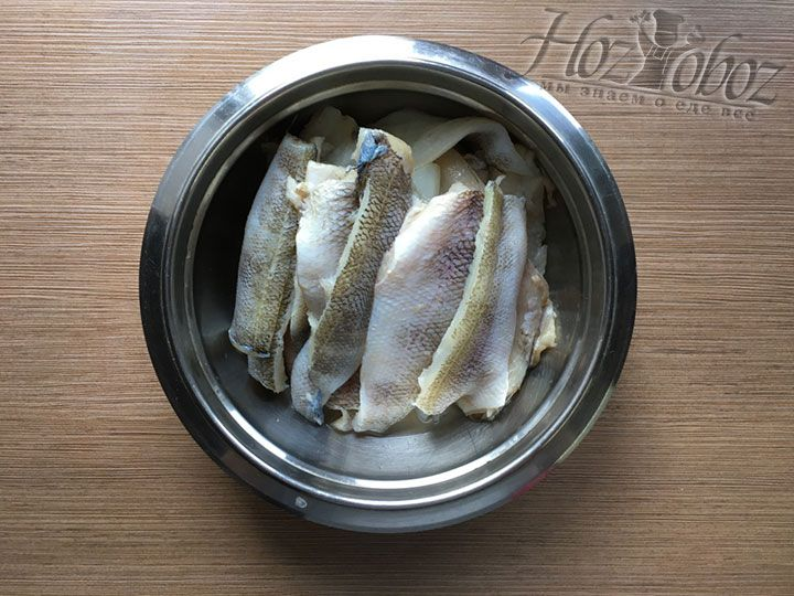 Рыбные тушки необходимо разморозить, все надрезать ножиком через всю спинку и разделить на два филе, вынув хребты