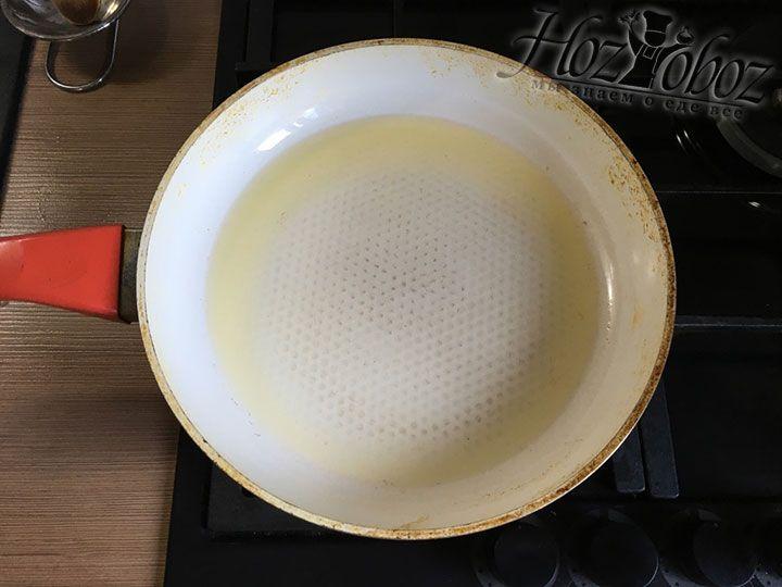 В сковородке раскаляем растительное масло