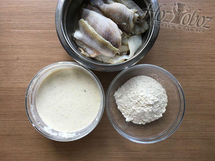 В результате перед жаркой на вашем столе окажется три миски: с рыбным филе, с кляром и с мукой