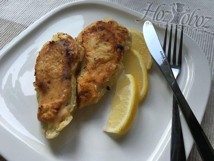Готовую рыбку следует выложить на тарелку, полить лимонным соком и наслаждаться ароматом! Приятного всем аппетита