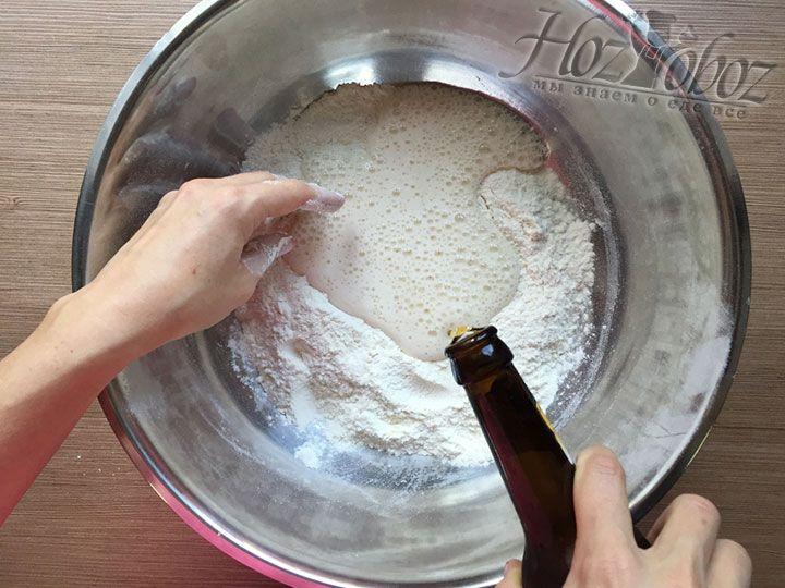 Начинаем небольшими порциями добавлять в тесто пиво