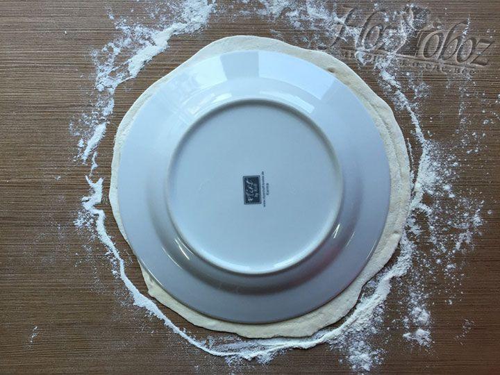 Чтобы заготовка для чебурека была ровной и красивой прикладываем к каждому раскатанному пласту теста тарелку