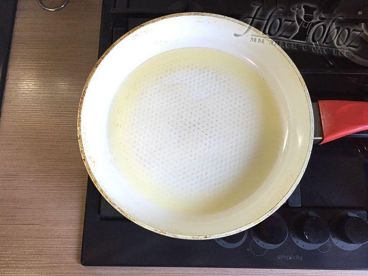Масло в сковородке хорошо разогреваем