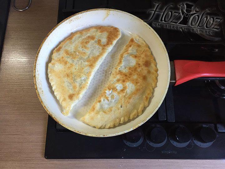 Пришло время переворачивать пирожки и поджаривать их с другой стороны еще 8 минут