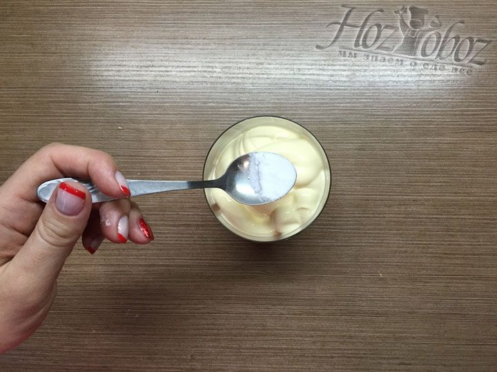 Половину чайной ложки соды гасим в стакане домашнего майонеза