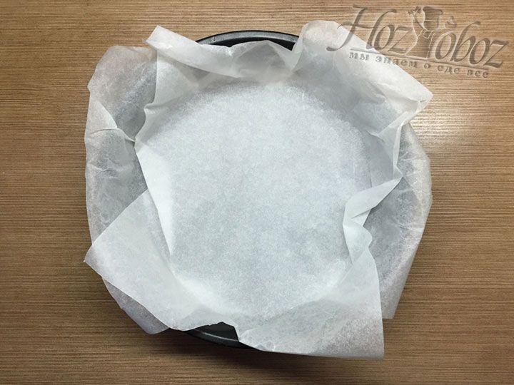 Чтобы подготовить форму для пирога, выложим в нее пергамент