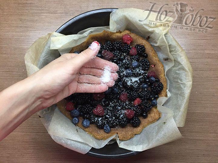 Если вы использовали кислые ягоды, такие как ежевика, можно посыпать начинку сахаром