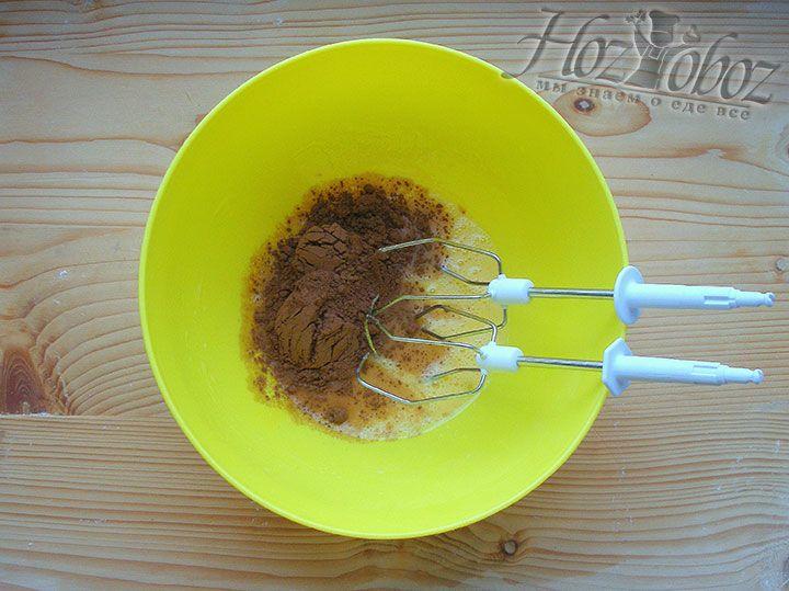 В миску кладём соль, сахар и какао