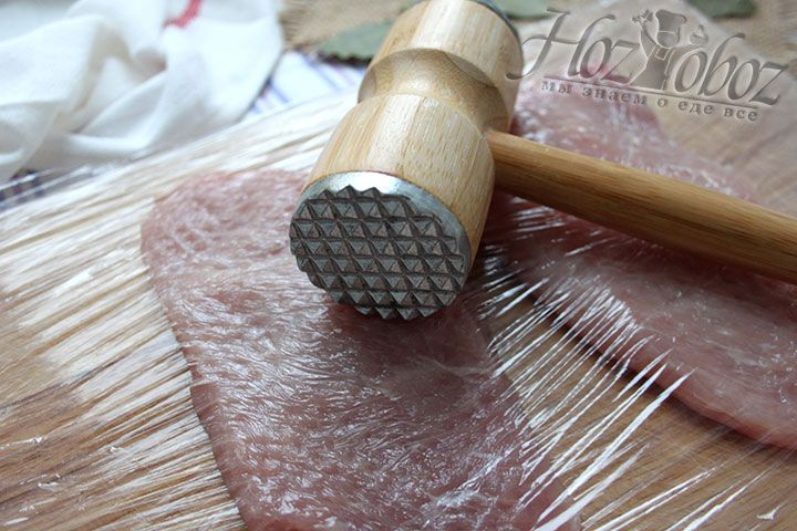 Мясную вырезку отбиваем – получаем тонкие ломтики