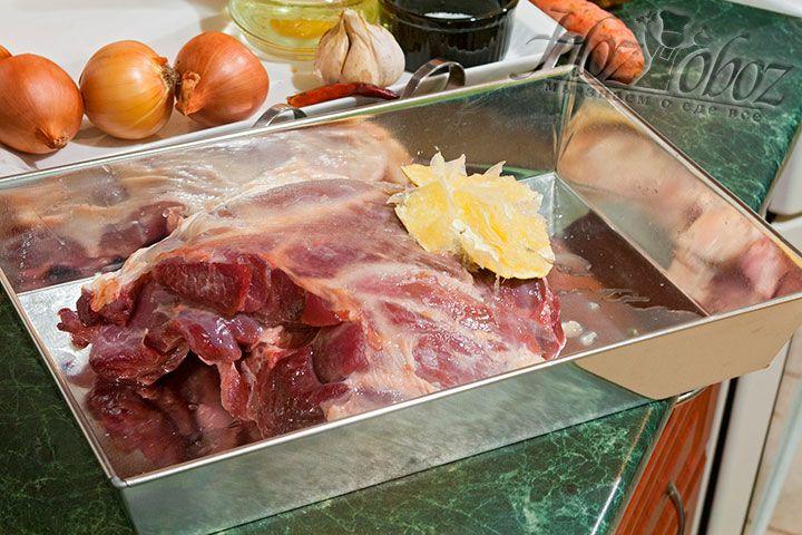 Поливаем мясо лимонным фрешем