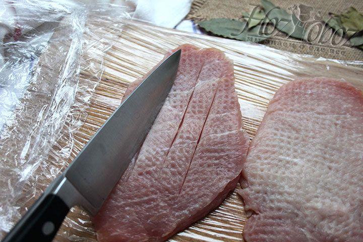 Надрезаем подготовленное мясо вдоль куска