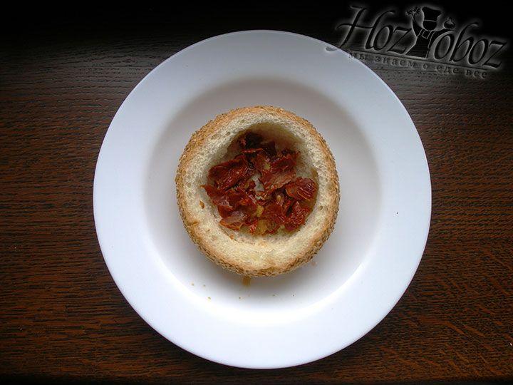Выкладываем первый слой начинки – вяленые помидоры, хоть это может быть и что-то другое