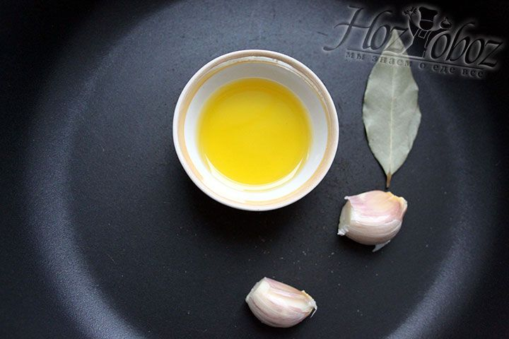 Разогреваем на сковороде оливковое масло, кладем лавровый лист, чесночные дольки