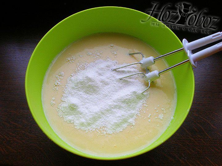 Не переставая помешивать тесто, постепенно добавляем муку