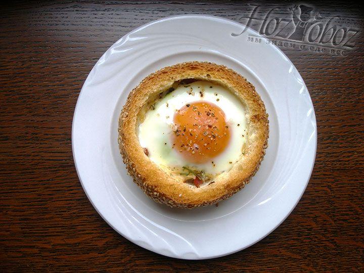 Запекаем булочку с яйцом в духовке