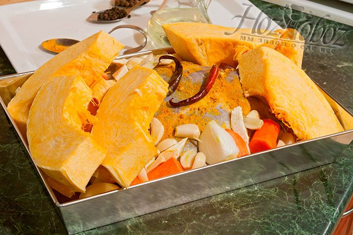 Добавляем в жаркое подготовленные ломти тыквы