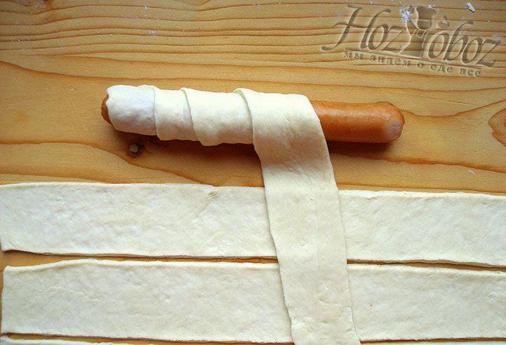 Заворачиваем сосиски в тесто вот таким «спиральным» способом