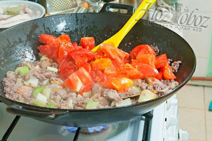 Очередь крупных кусков свежих томатов