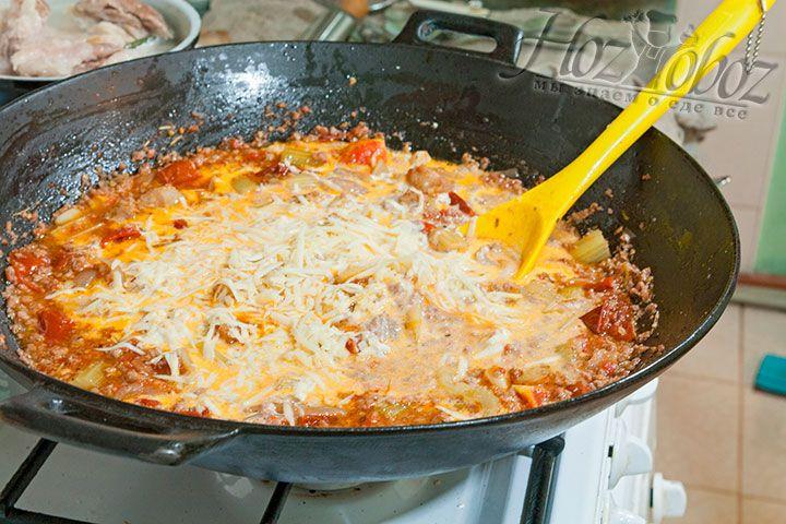В конце соус перчим, заправляем сыром и сливками
