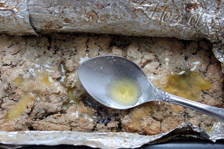 Покрываем поверхность «мясного хлеба» растопленным сливочным маслом