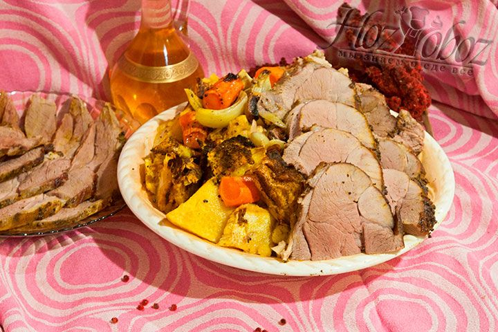 Нарезаем мясо, тыкву и подаем подготовленное жаркое на большом блюде к столу